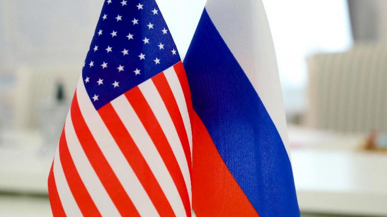 фото флаги сша и россии несколько дней улице